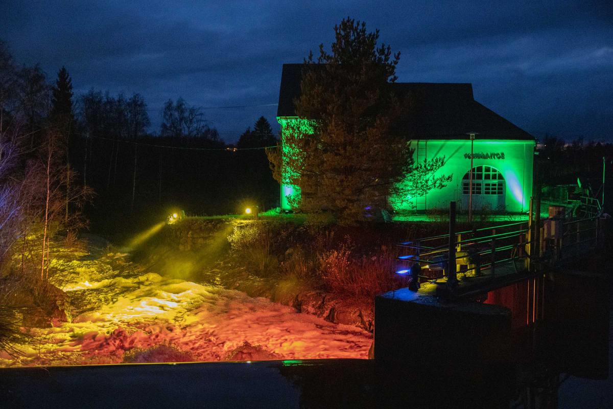 Kimmo Aholan valaisema Jylhänkoski Kauhavan valoviikolla lokakuussa 2020.