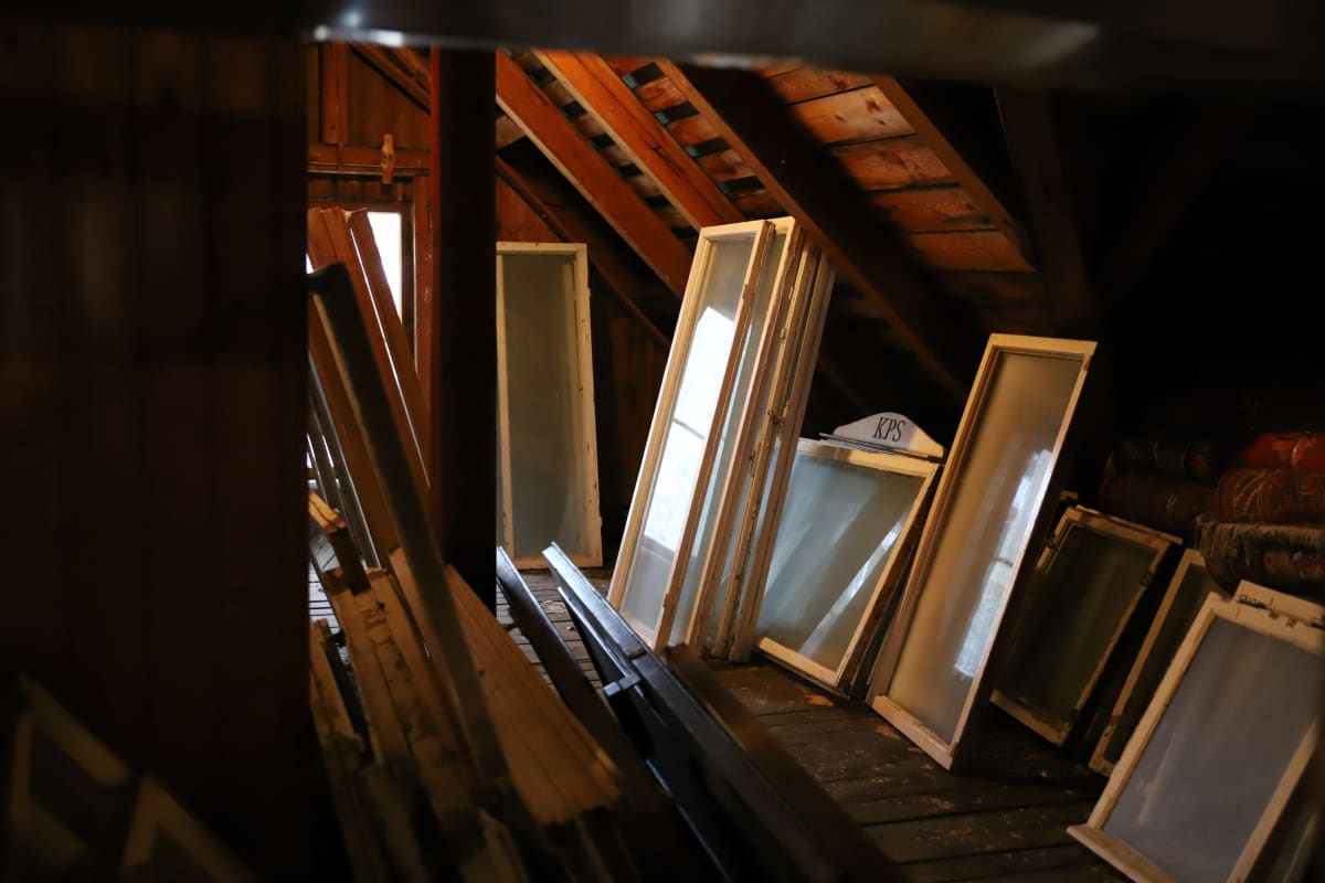 Meriniemen huvilan ullakko, jossa vanjoja ikkunoita.