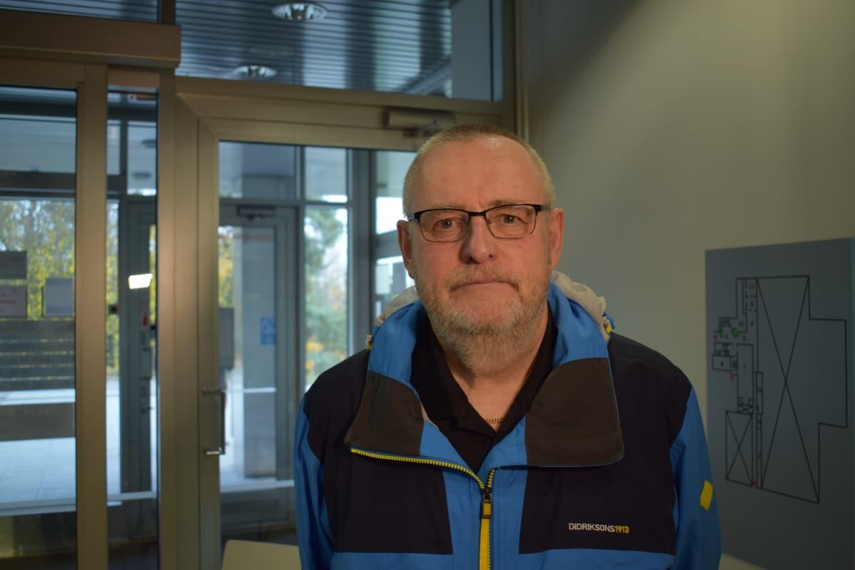Kimmo Laaksola ei suosi maskia uimahallissa.