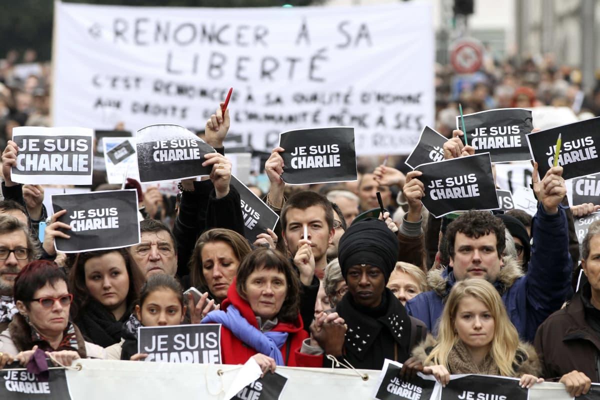 Mielenosoittajia käsissään Je suis Charlie -kylttejä.