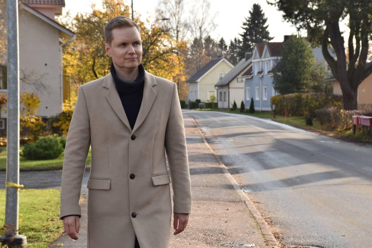 Kuluttajaliiton pääsihteeri Juha Beurling-Pomoell kävelee omakotitaloalueella.