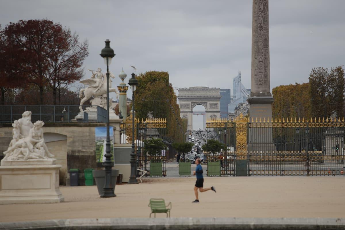 Tuileries'n puistossa oli perjantaina tyhjää, kun pariisilaismies oli lenkillä.