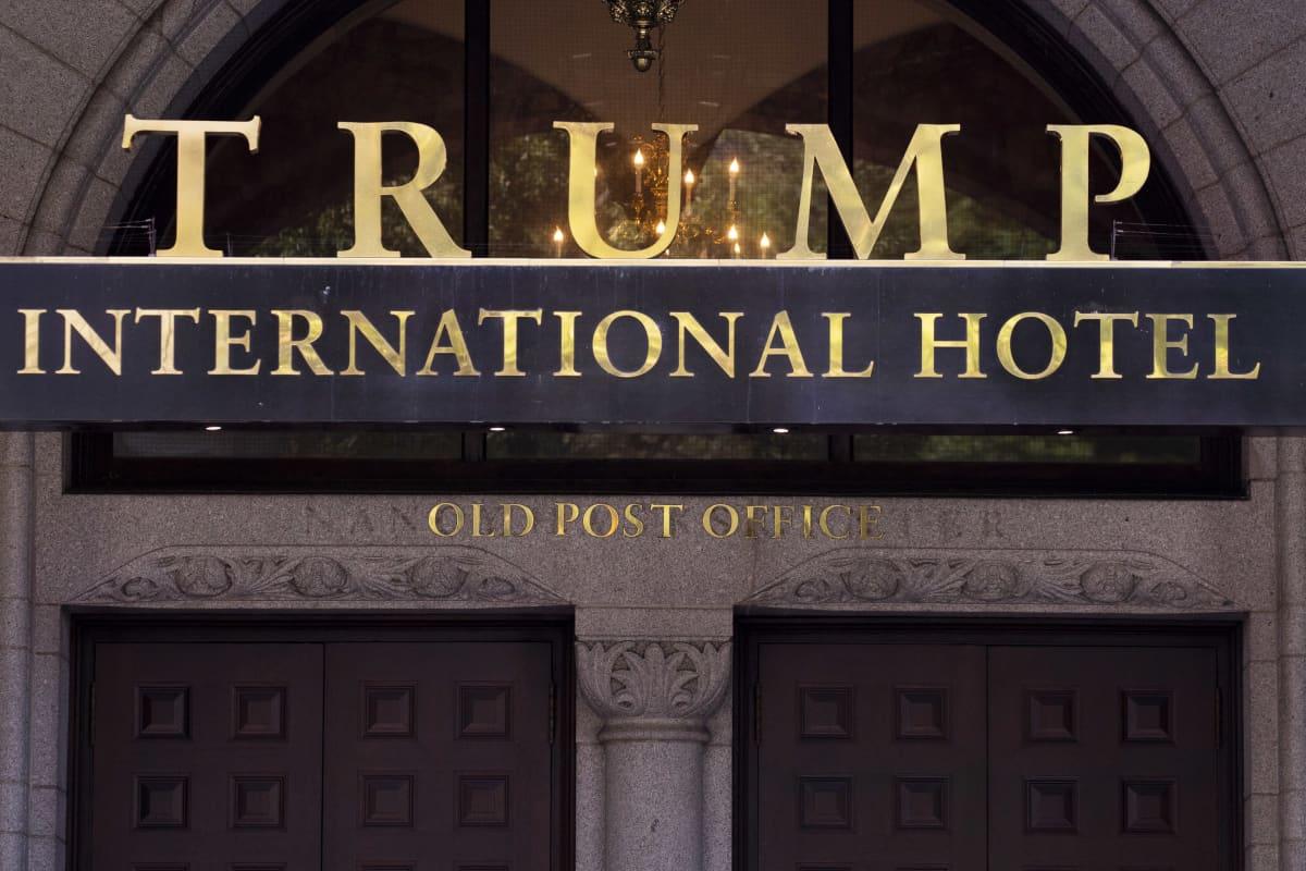 Trump Internationl hotellin sisäänkäynti Washington DC. Kultakirjailtu kyltti.