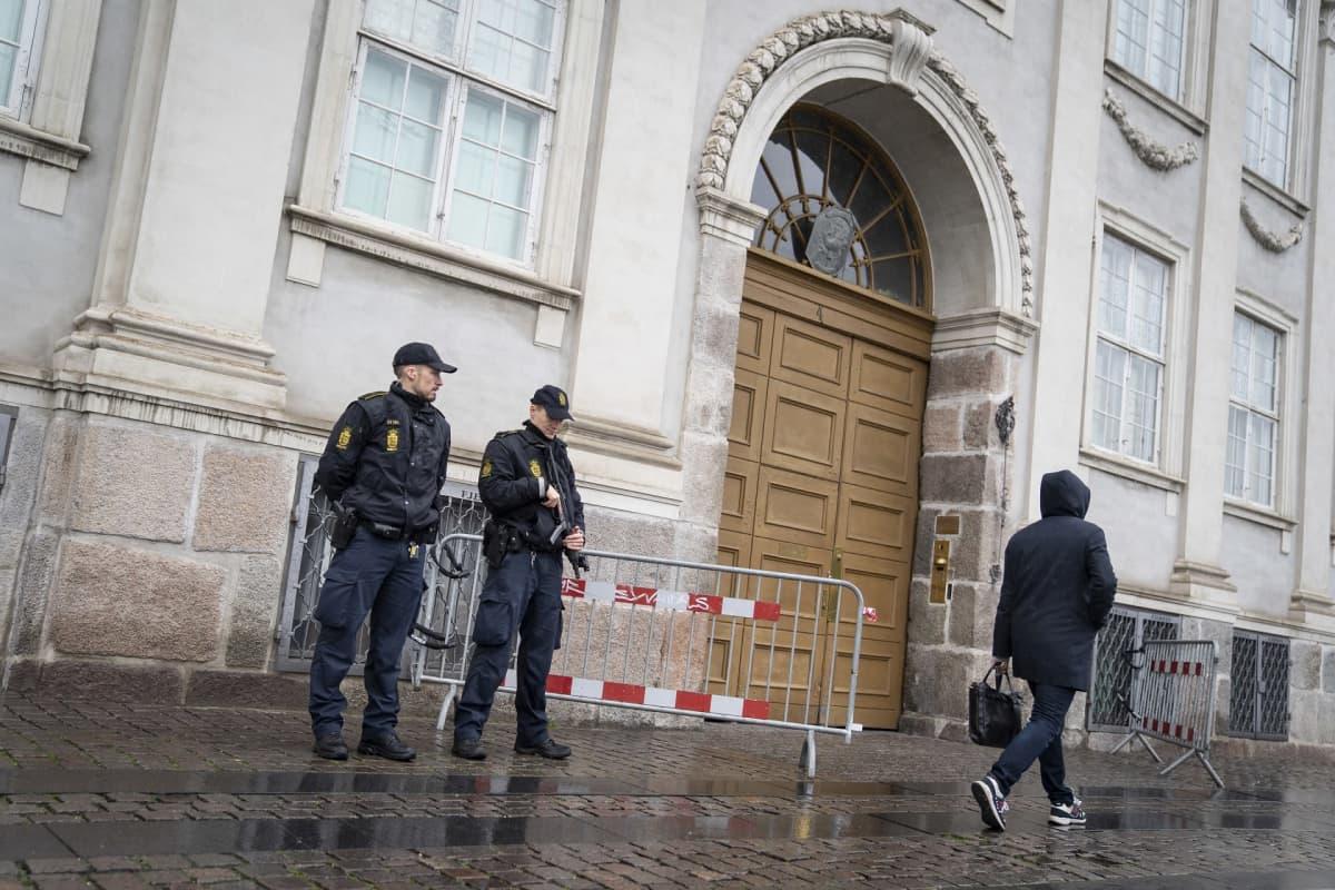 poliiseja rakennuksen edessä