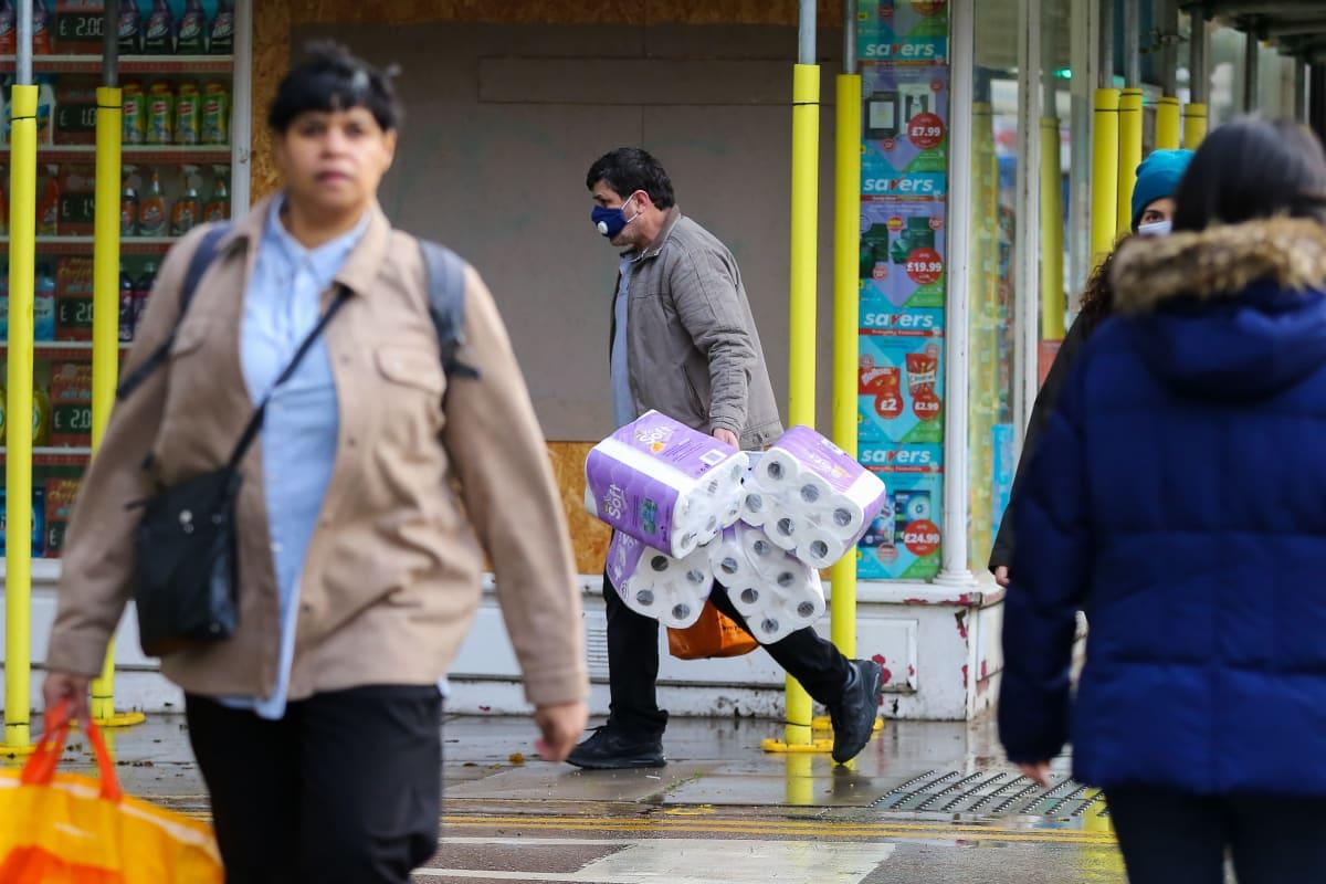 Ihmiset suuntasivat ostoksille Lontoossa lauantaina kun tieto Britannian pääministerin illan tiedotustilaisuudesta tuli julki. Johnson kehotti kansalaisia välttämään hamstraamista lauantaina illalla pitämässään puheessa.