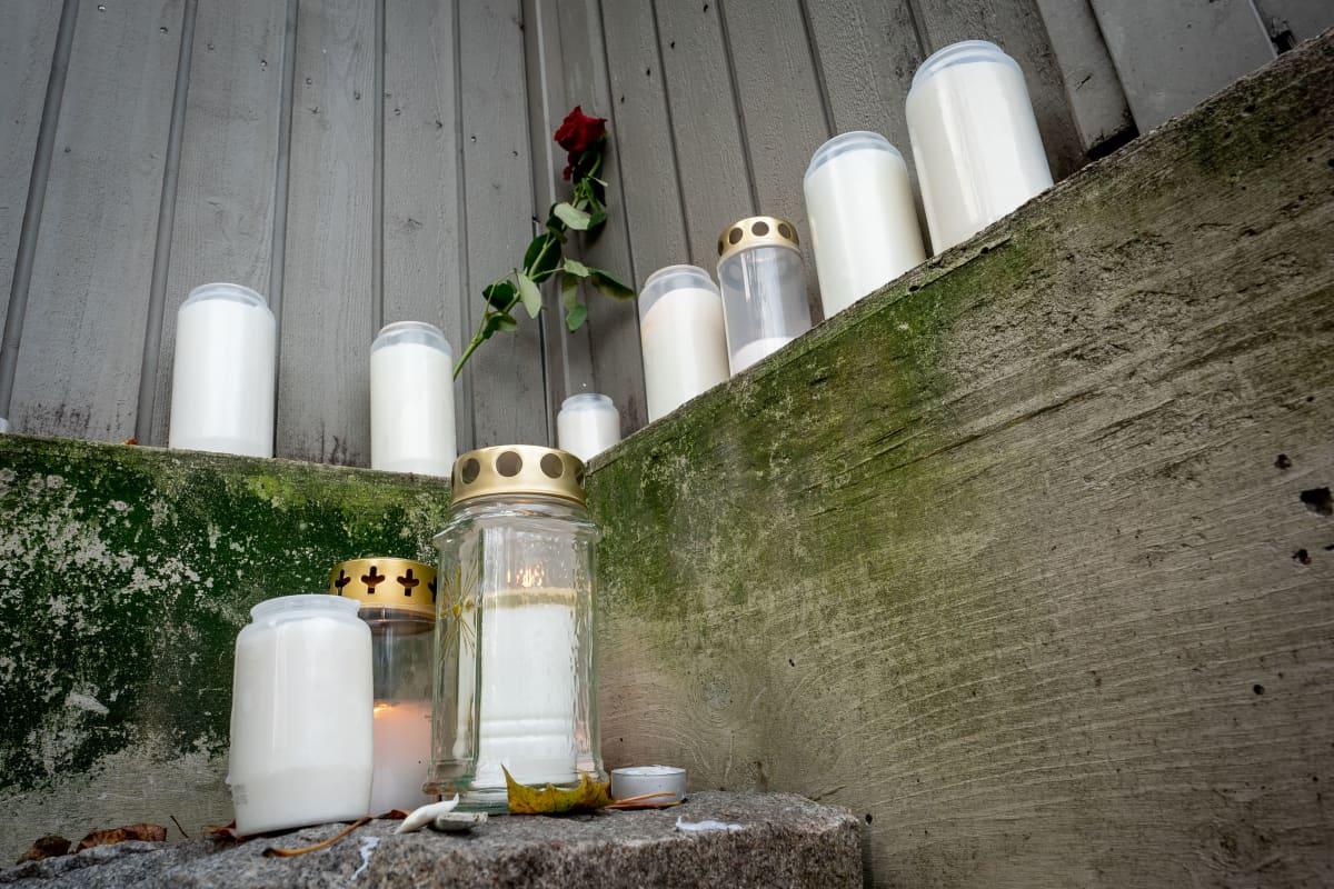Muistokynttilät Päijänteentie 19 edustalla