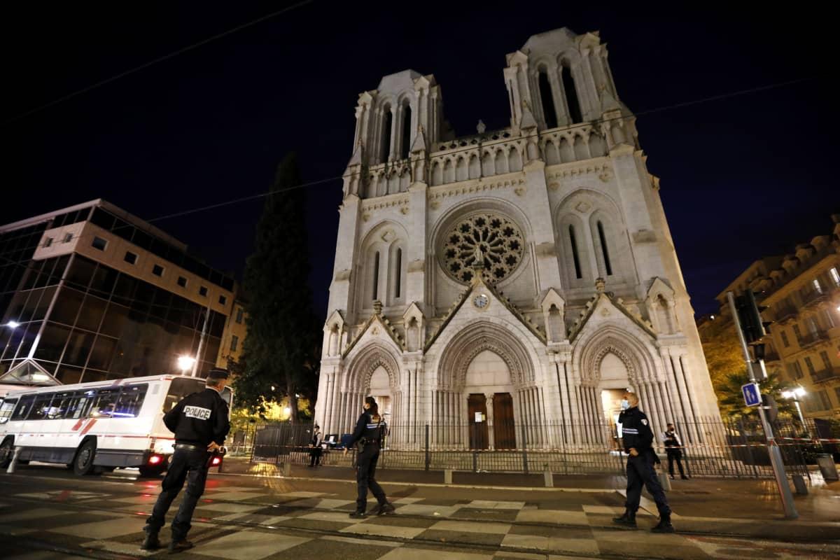 Poliisi partioi torstaina Nizzan Notre Dame-katedraalin edustalla.