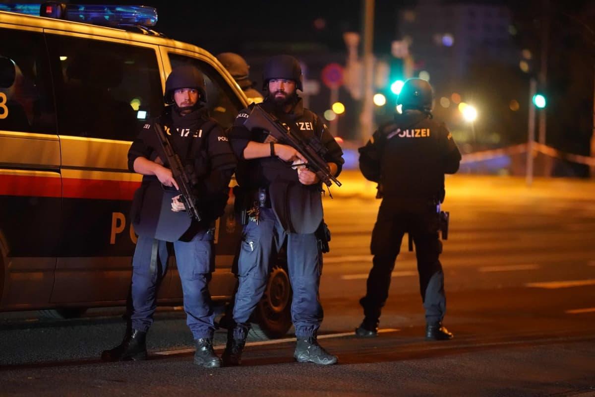 Poliisit partioivat Wienin keskustassa aseellisen hyökkäyksen jälkeen.