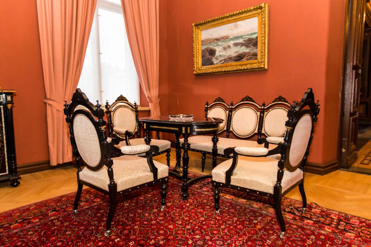 Tampereen raatihuoneella olevan pietarilaishuoneen huonekalut.