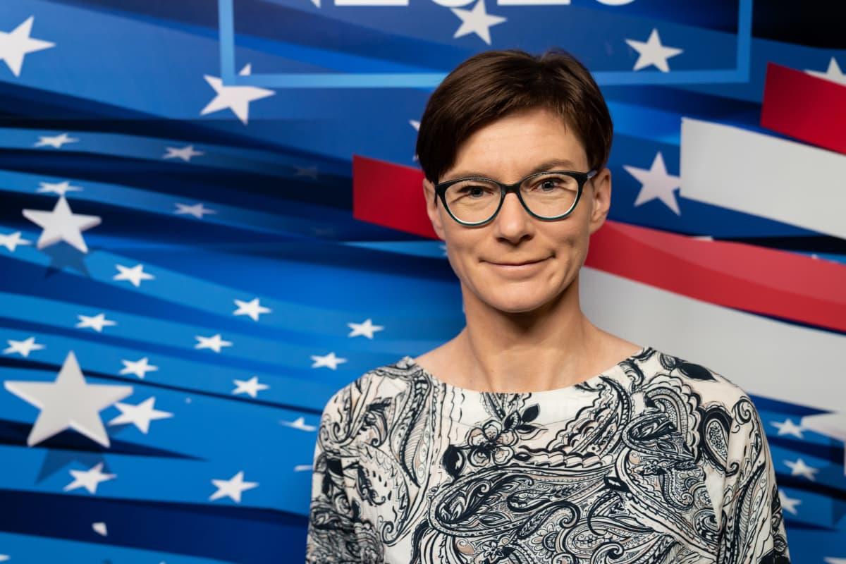 Taloustieteilijä Tuuli Koivu USA:n presidentinvaalien tuloslähetyksessä.