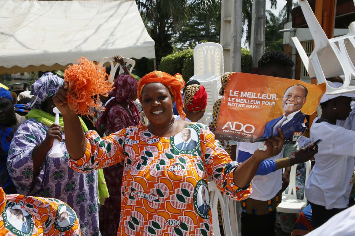 Presidentti Alassane Ouattaran tukijat juhlivat vaalitulosta Abidjanin suurkaupungissa Norsunluurannikolla 3. marraskuuta 2020.