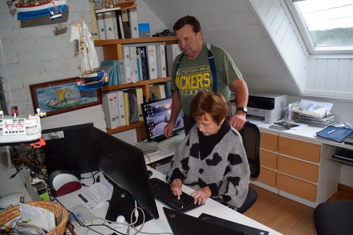 Riitta Lahtosta auttaa koneiden virittämisessä Hannu Lahtonen.