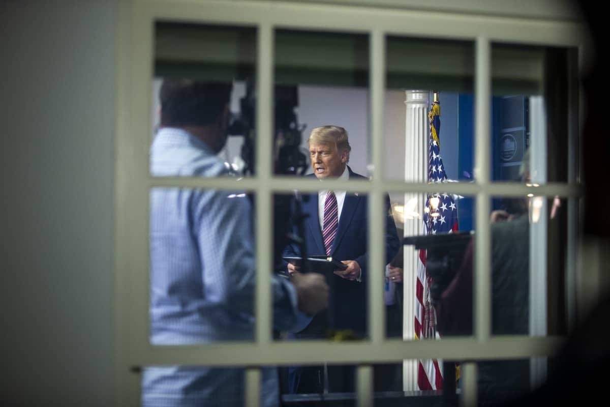 Donald Trump piti tiedotustilaisuuden Valkoisessa talossa perjantaina aamuyöllä.