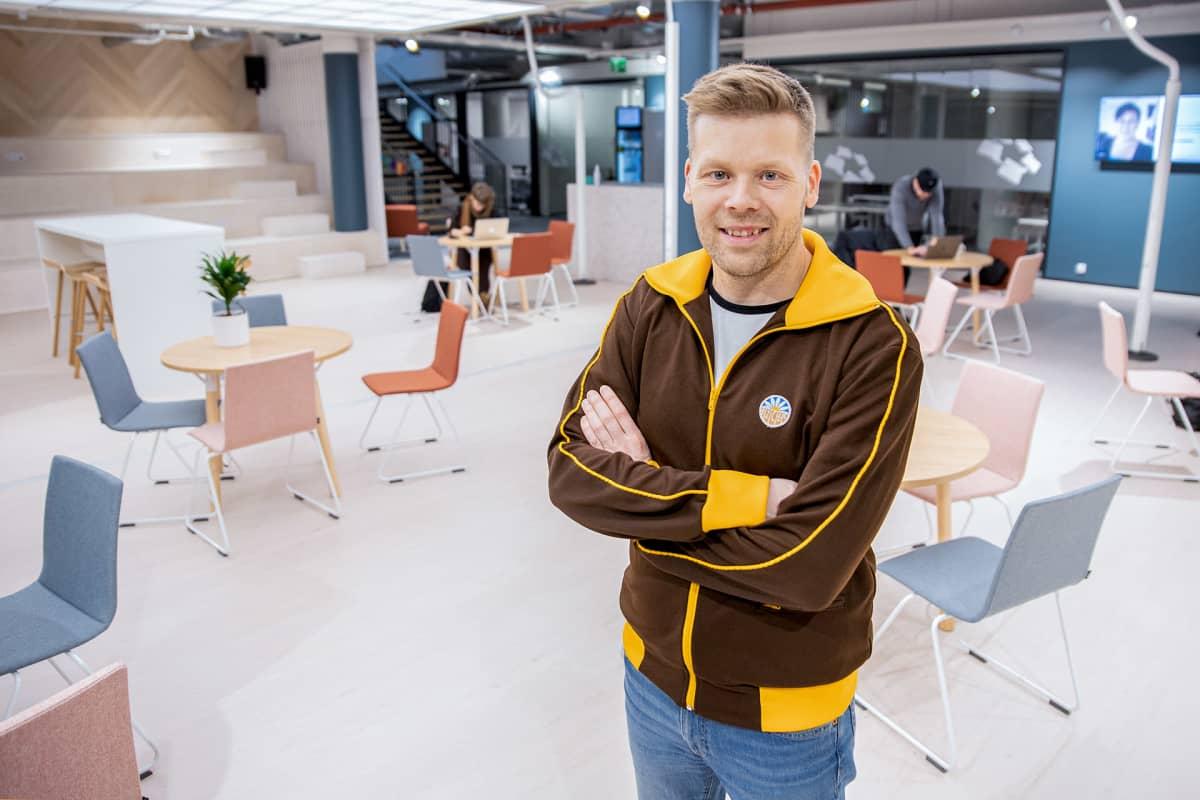 Crazy Townin toimitusjohtaja Mikko Markkanen seisoo yhteisöllisen työtilan keskellä.