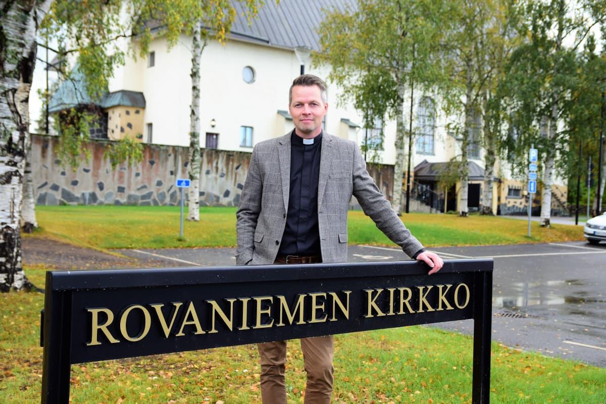 kirkkoherraehdokas Ilari Kinnunen Rovaniemen kirkon edessä