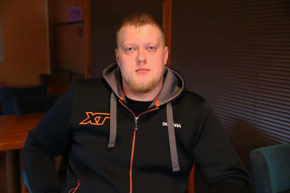 Rekka-autonkuljettaja Konsta Kelloniitty kahvilassa.