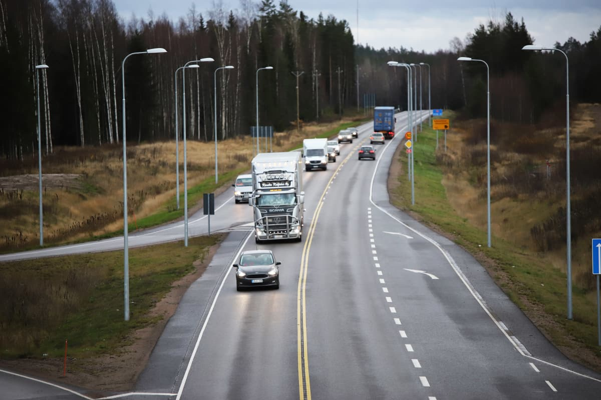 Tie-15 Anjalankosken ylikulkusillalta kuvattuna.