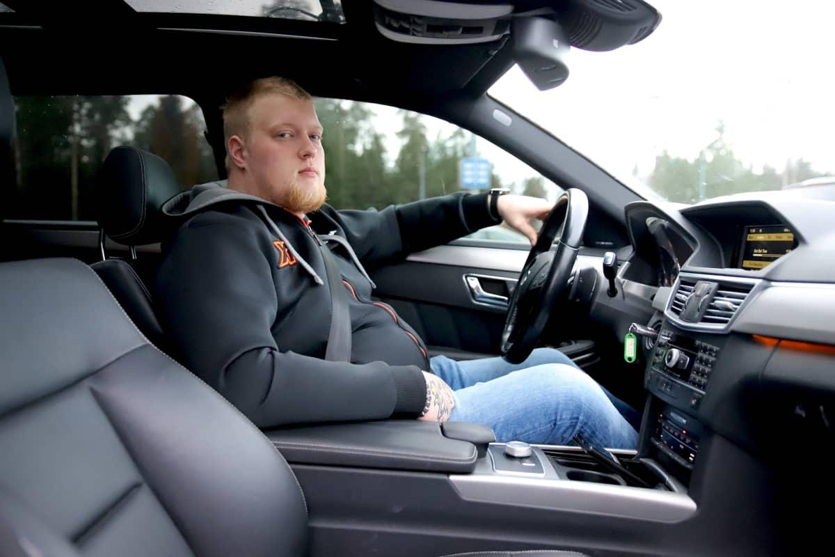 Rekka-autonkuljettaja Konsa Kelloniitty henkilöautossaan Kouvolassa.