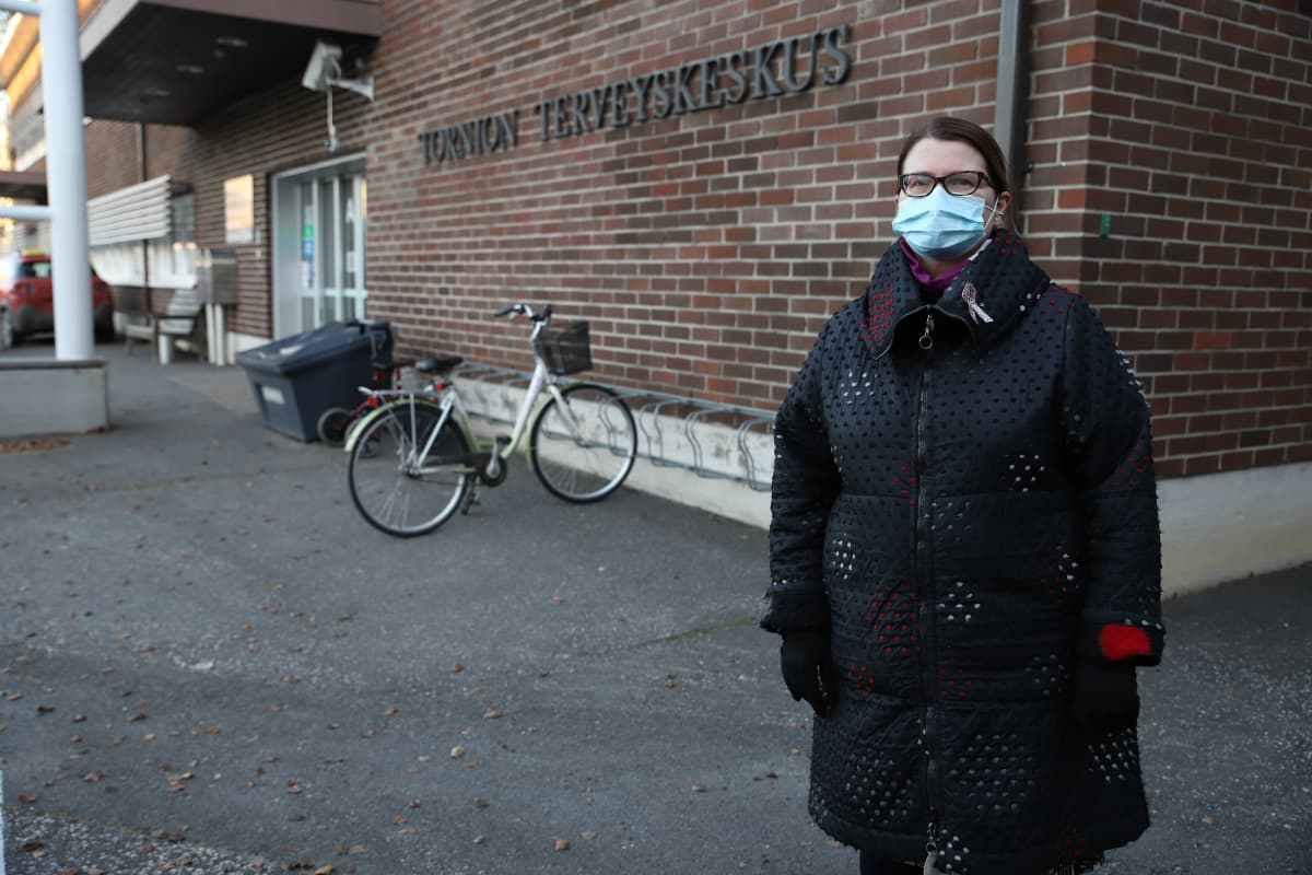 Tornion perusturvajohtaja Leena Karjalainen Tornion terveyskeskuksen etuoven edessä.