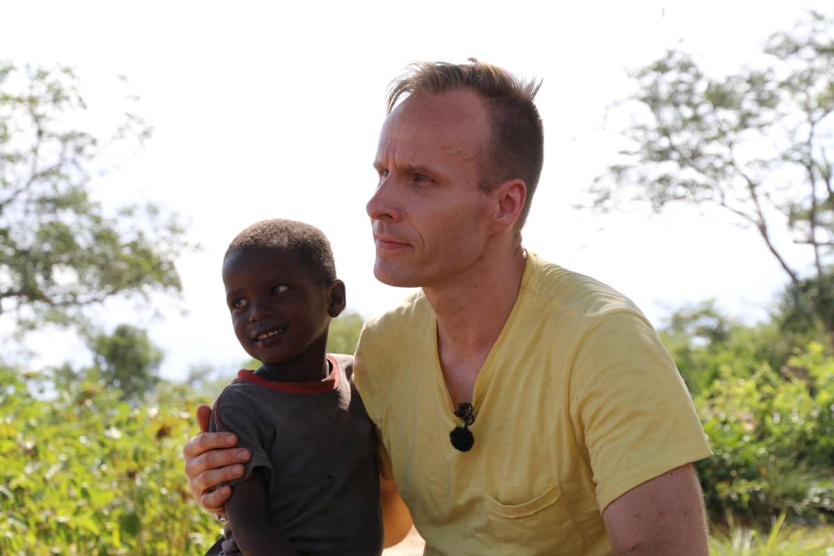 Mikko Kekäläinen ja pieni waata-lapsi Keniassa.