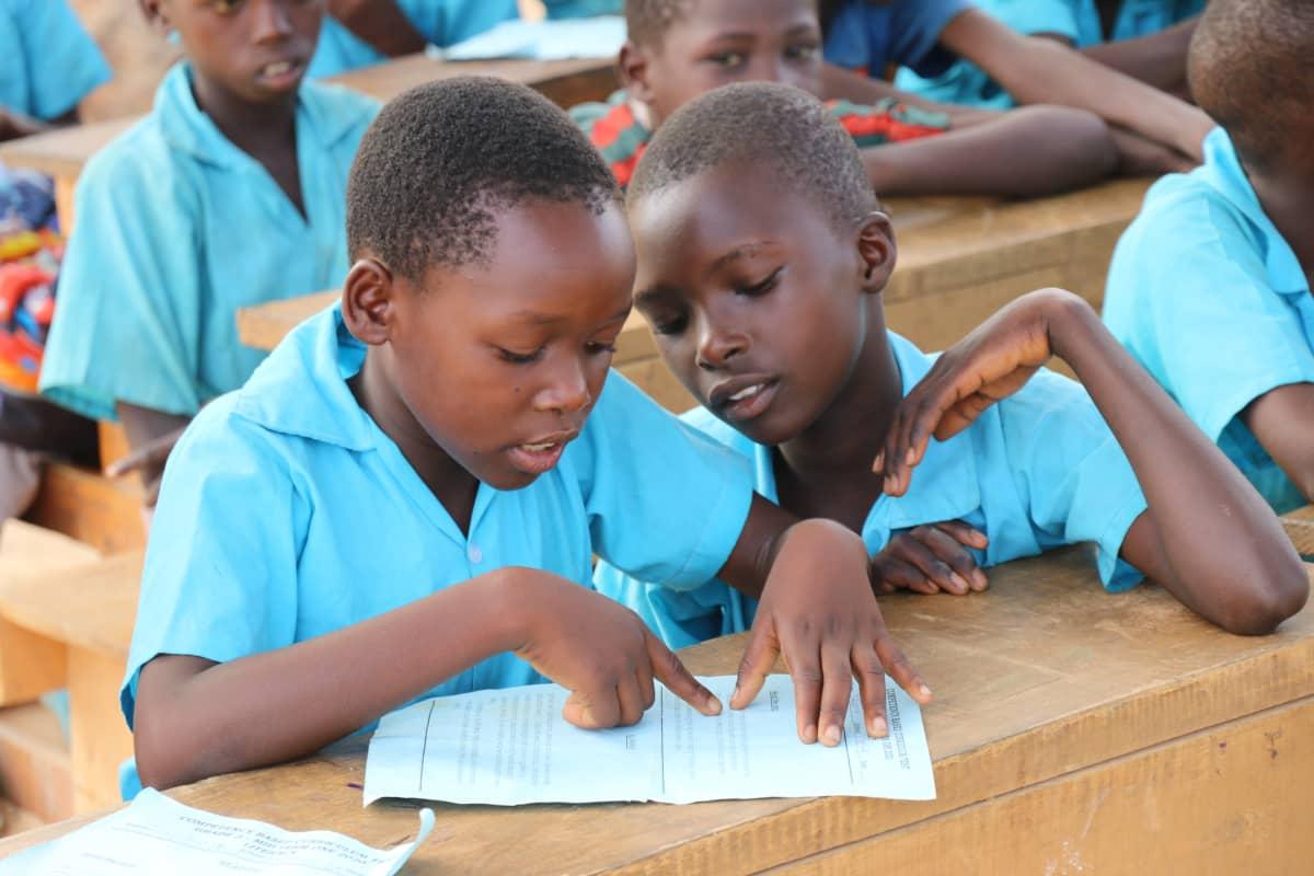 Waata-lapset oppitunnilla Kasinikin peruskoulussa.
