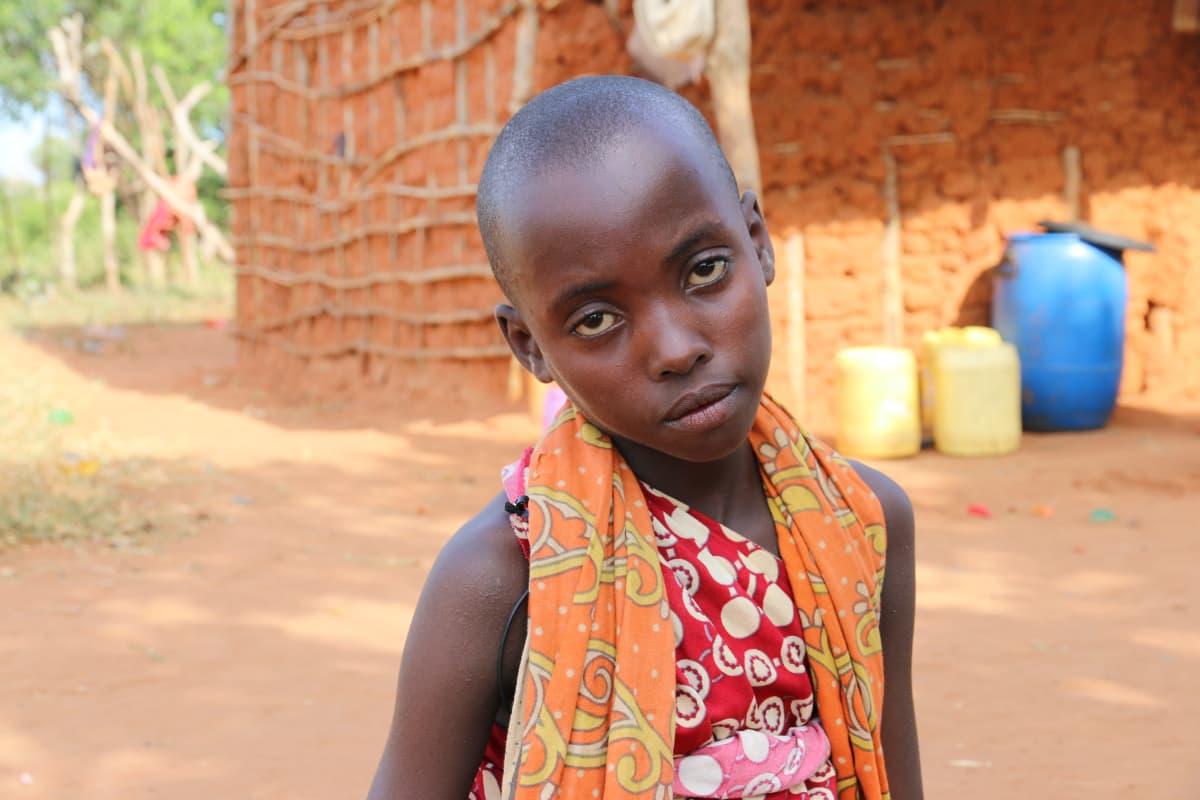 8-vuotias waata-tyttö Margarethe katsoo kameraan väsyneen näköisenä.