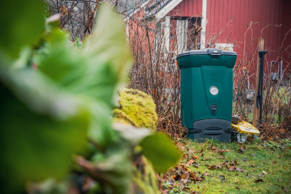 Komposti omakotitalon pihalla.