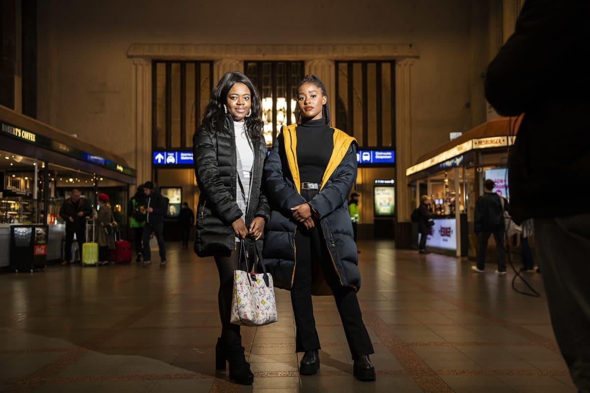 Kuvassa poseeraavat Belilia Ayingono ja Gabrielle Bogova Helsingin keskustassa 11. marraskuuta 2020.