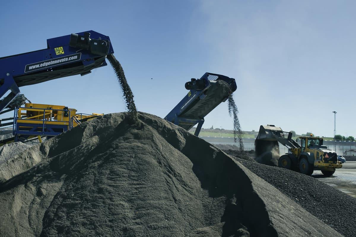 Teollisuuden jätteenpoltosta syntynyttä kuonaa.