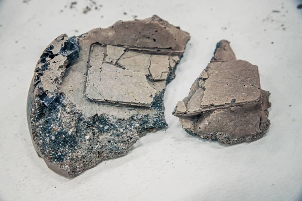 Maija Savolainen poihtii taideteoksessaan sitä, että millainen fossiili digitaalisesta maailmasta jäisi.