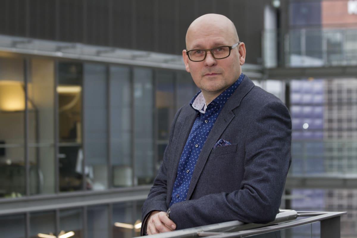 Business Finlandin experience commerce -ohjelman asiantuntija Leevi Parsama poseeraa nojaamalla kaiteeseen.