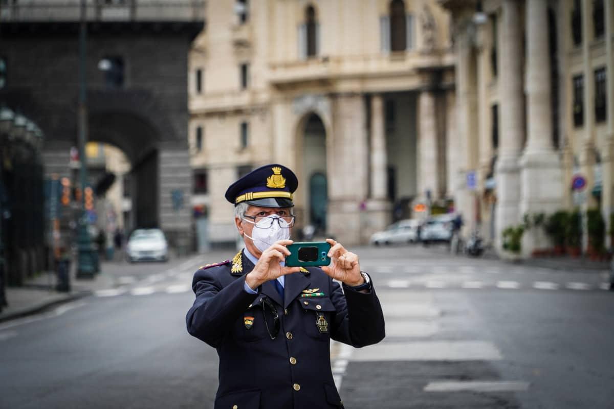 Poliisi otti valokuvaa Napolissa sunnuntaina.