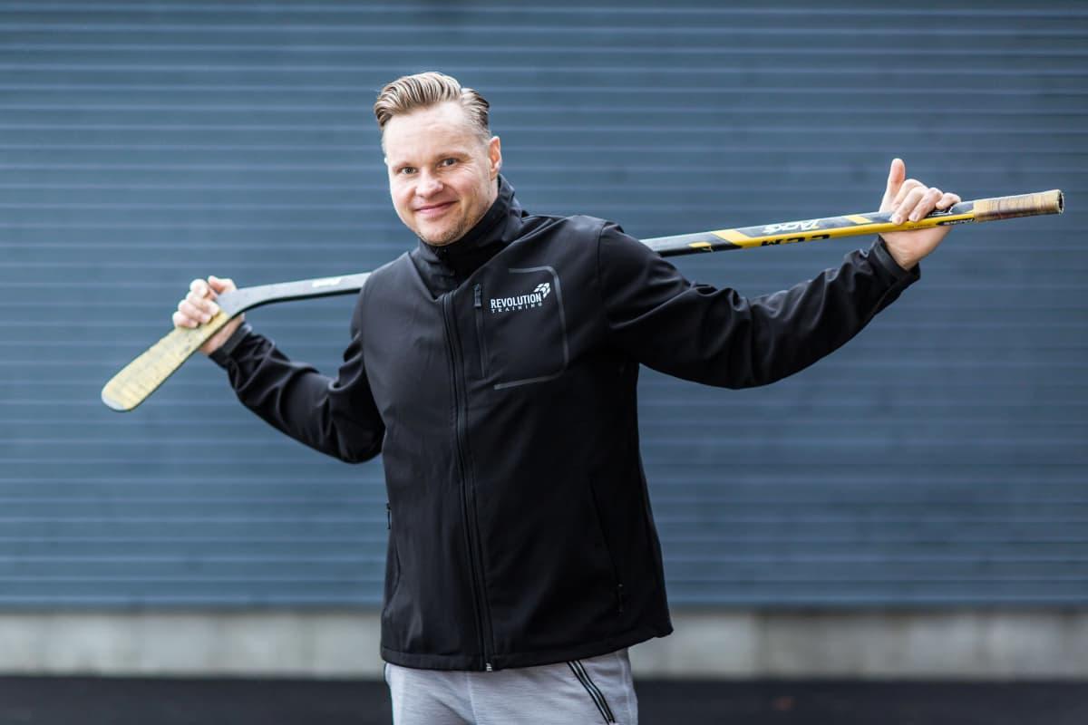 Entinen kilpaaerobic-urheilija Jouni Viitanen toimii nykyään valmentajana omassa yrityksessään Revolution Training Oy.