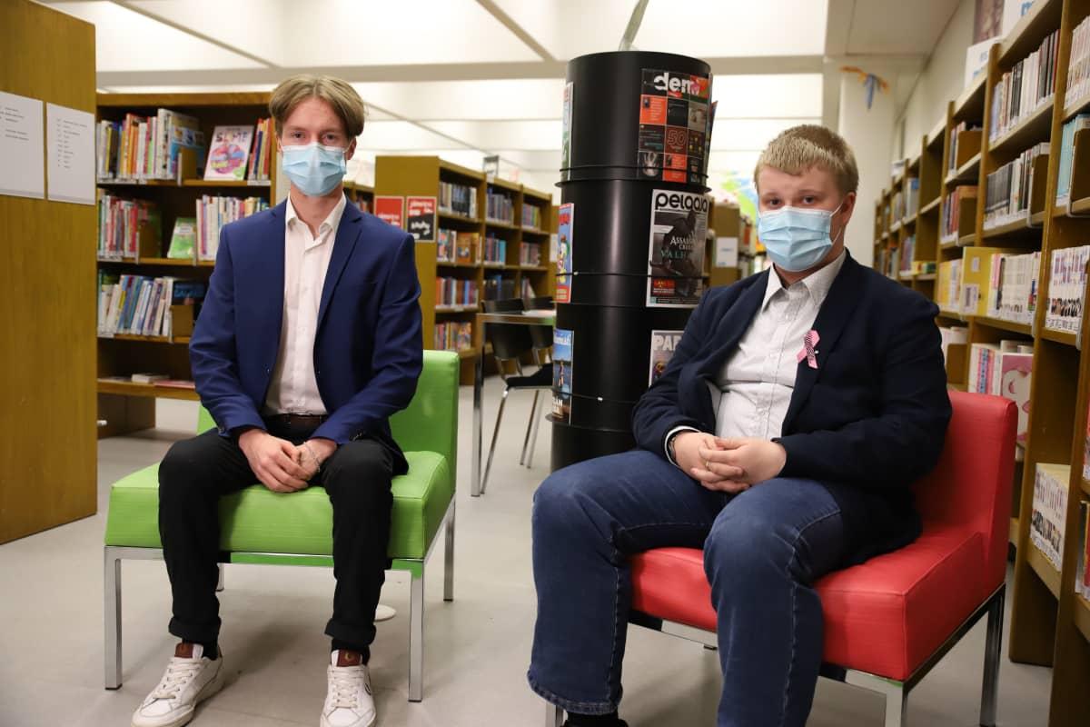 Kouvolan nuorisovaltuuston puheenjohtaja sekä varapuheenjohtaja Veikko Rantala ja Niko Varelius.