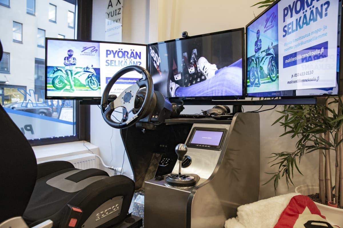 Mäkisen Liikennekoulun ajosimulaattori.