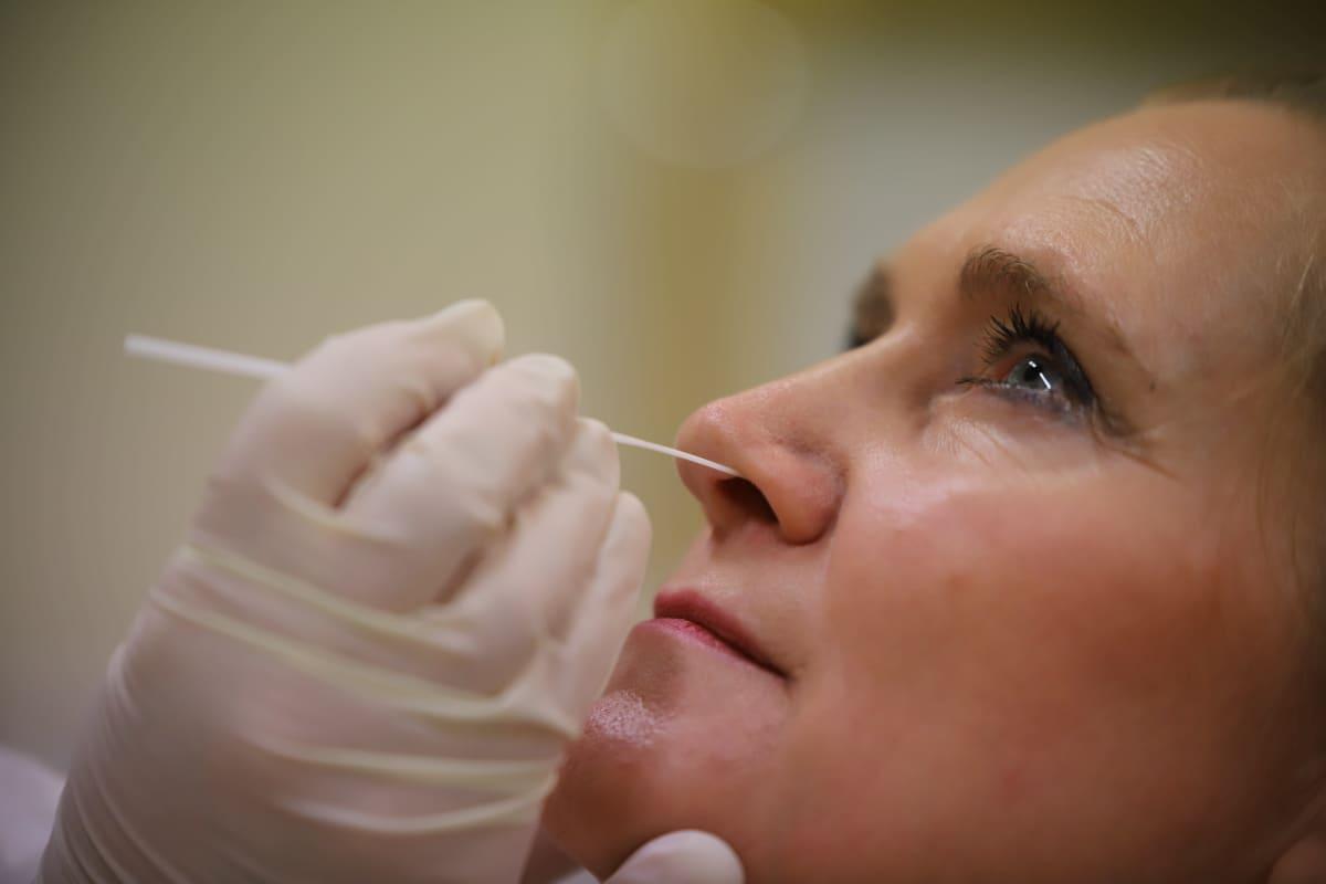 Koronavirusnäyte otetaan nenän kautta.