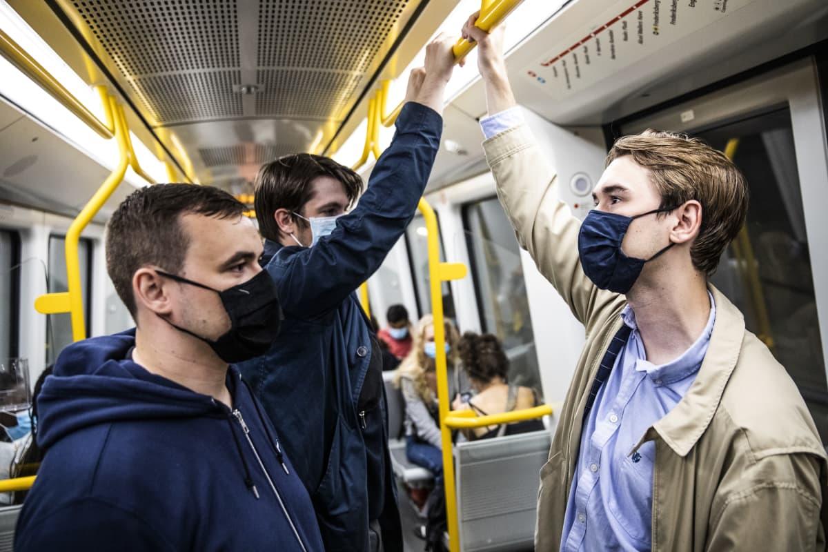 Tanskan hallitus vaati kasvomaskien käyttöä julkisessa liikenteessä 22. elokuuta alkaen. Pian keskiyön jälkeen Kööpenhaminan metrossa oli jo useimmilla kasvomaski.