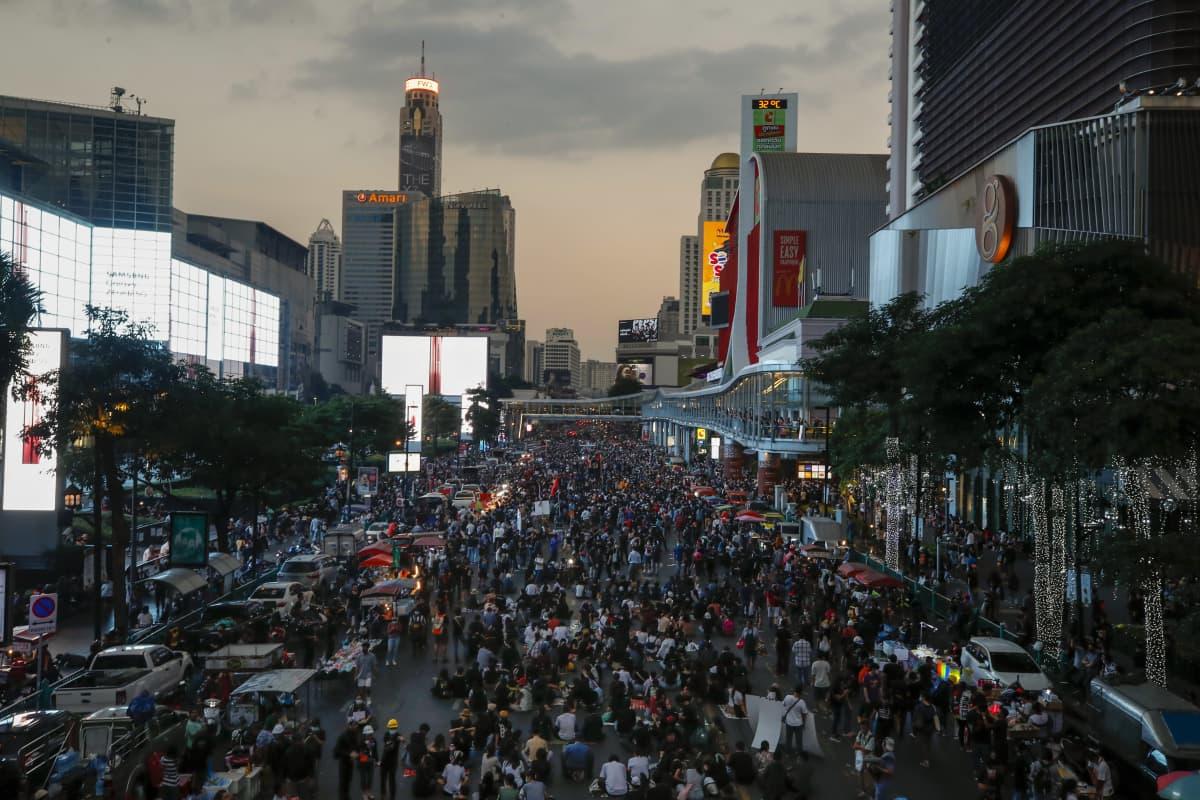 Thaimaan pääkaupungissa Bangkokissa marssittiin myös Ratchaprasongin ostosalueella 18. marraskuuta 2020.