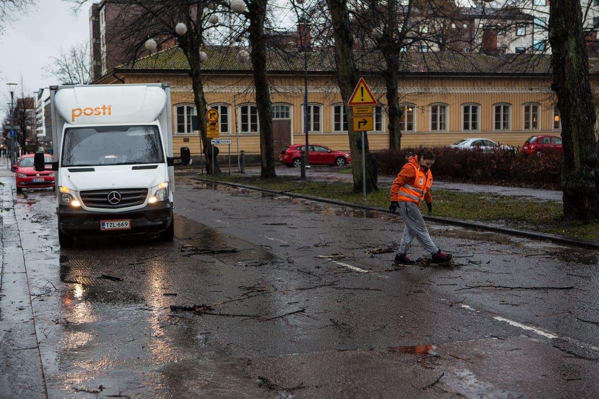 Postinjakaja keräsi Liisa-myrskyn irrottamia suurimpia oksia tieltä Tampereella