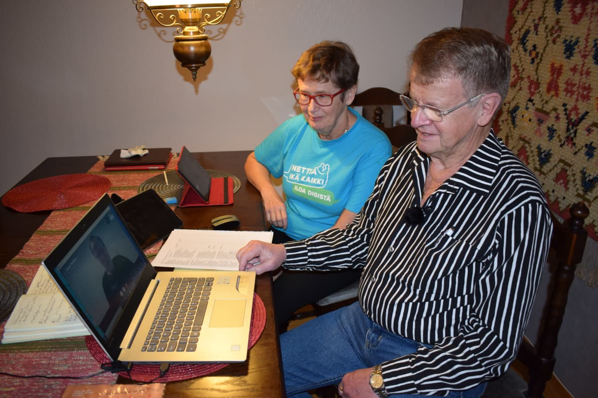 Terhi Hellberg ja Matti Sarviranta osallistuvat nettikerhoon kotonaan.