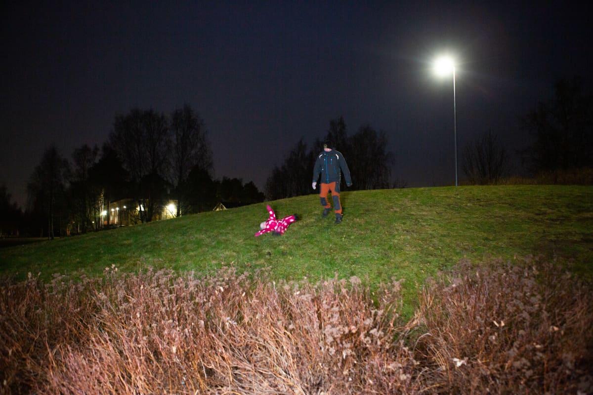 isä ja lapsi leikkii puistossa
