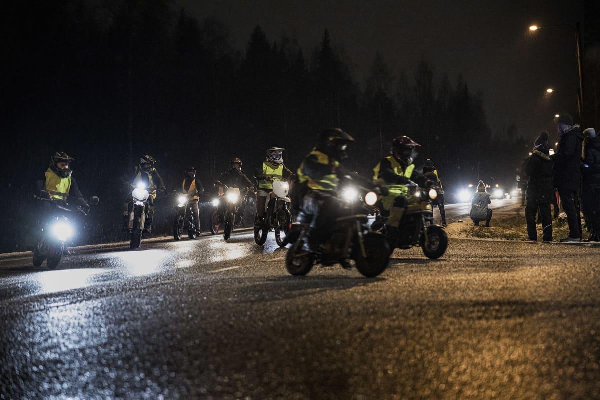 Liikenneonnettomuudessa menehtyneiden mopoilijoiden muistoajo Jyväskylässä.