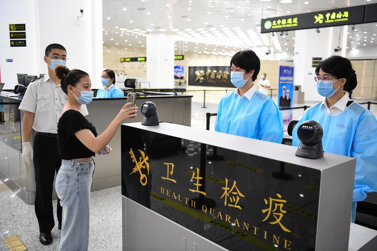 Matkustaja näytti QR-koodia Hengqinin satamassa Zhuhaissa Guangdongissa Kiinassa 18. elokuuta 2020.