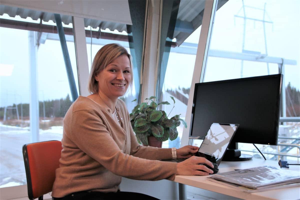 Henna Karlsson työpöydän äärellä.