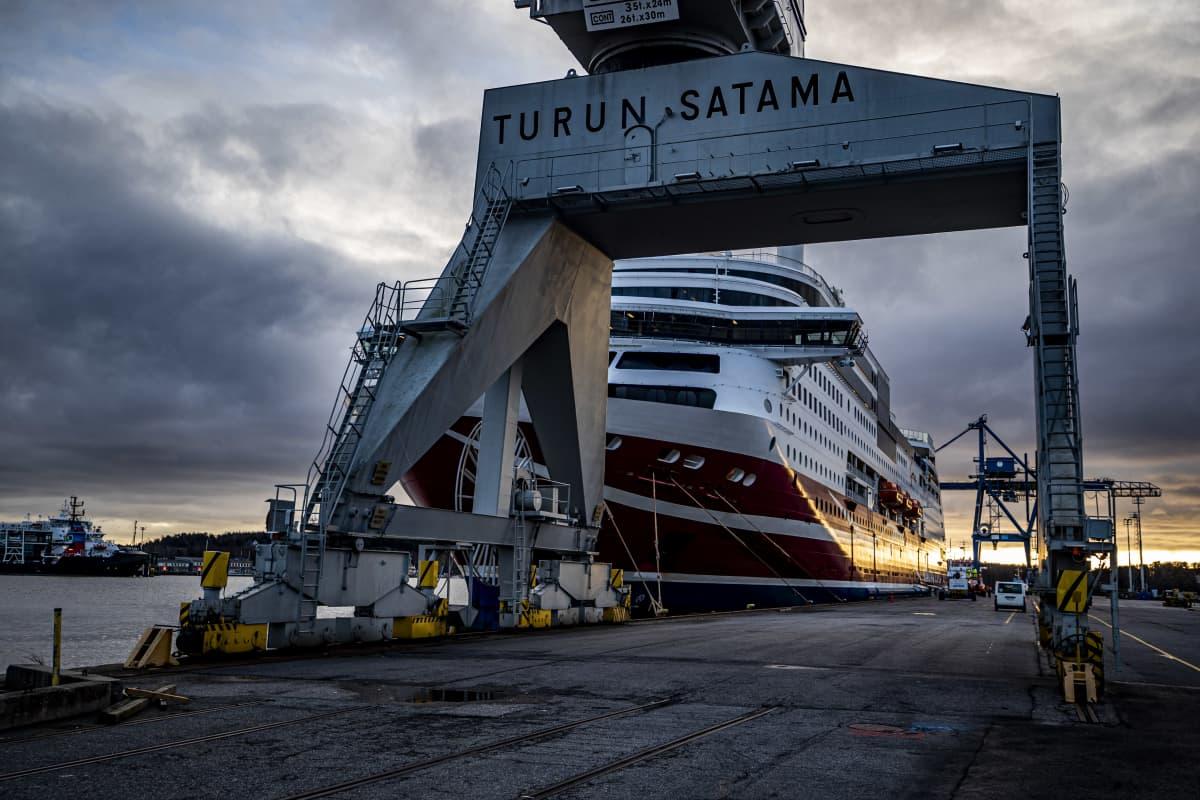 M/S Viking Grace odotteli maanantaina Turun satama-altaassa siirtoa Naantaliin, korjaustelakalle.