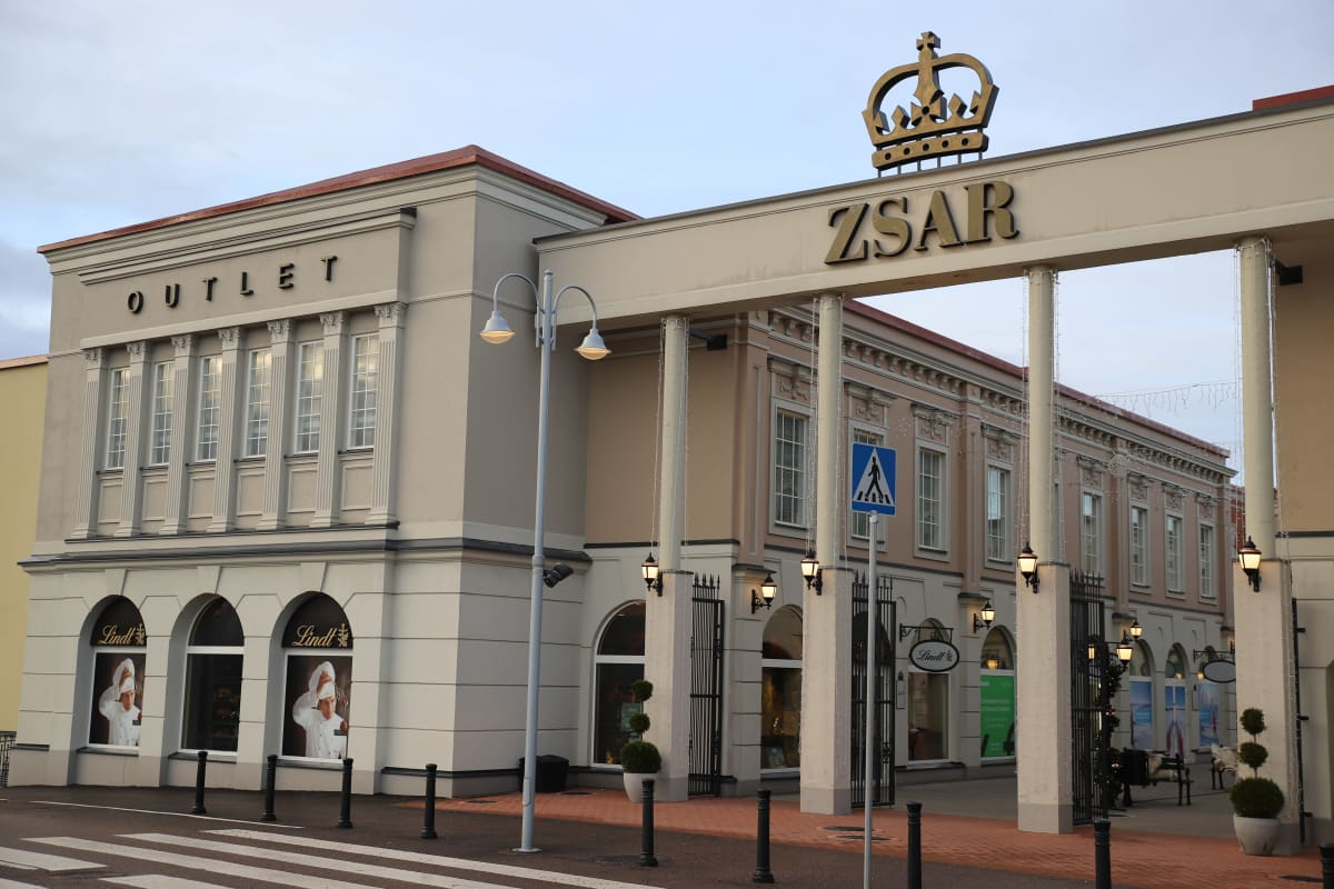 Zsar Outlet Village -kauppakeskus Virolahdella Vaalimaalla.