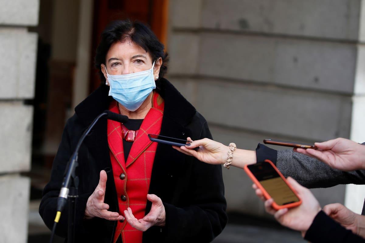 Isabel Celaá, Baskimaalta kotoisin oleva sosialistinen opetusministeri on uuden opetuslain äiti. Hän puhui toimittajille viime torstaina, poistuessaan parlamentista lain läpimenon jälkeen.