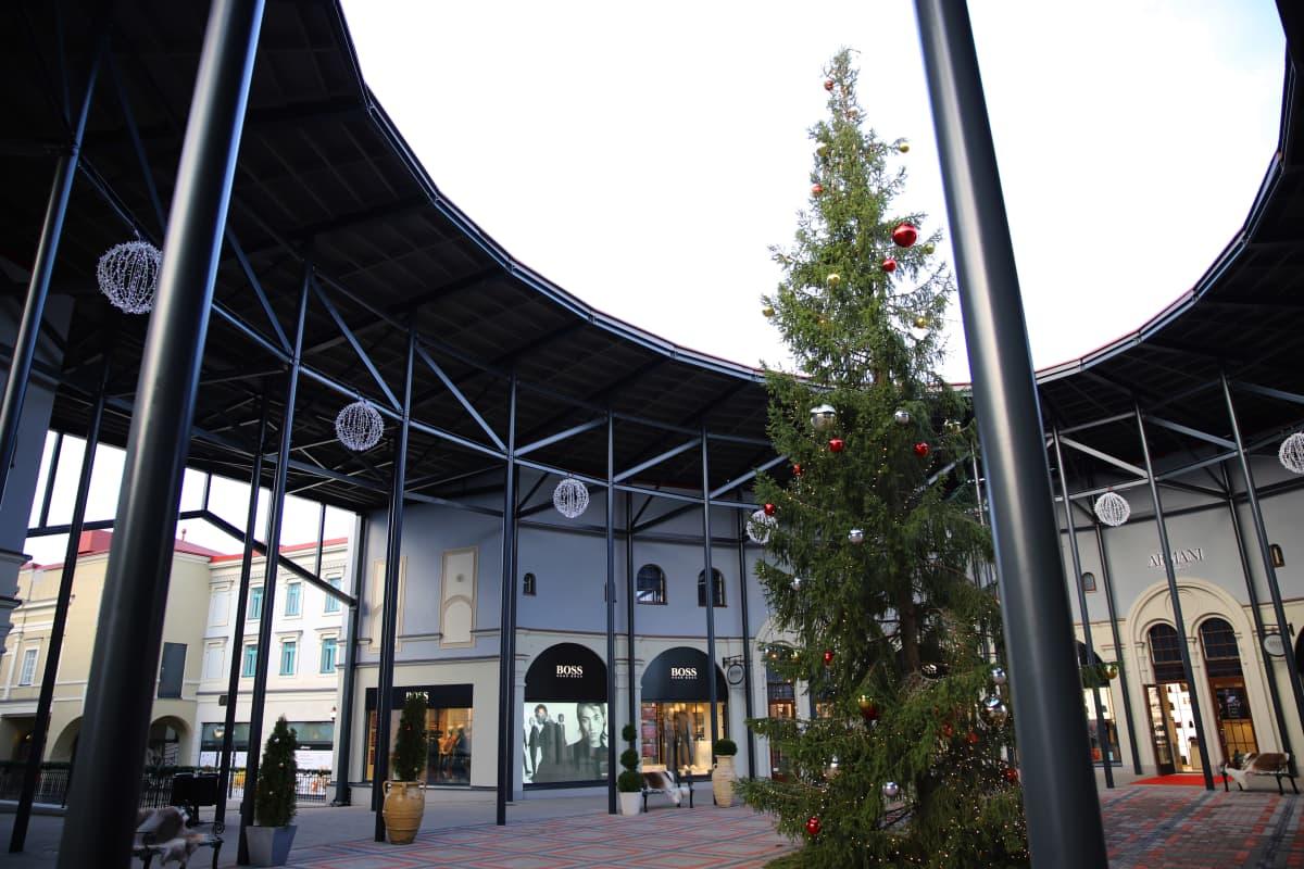 Zsar Outlet Village -kauppakeskuksen joulukuusi Virolahdella Vaalimaalla.