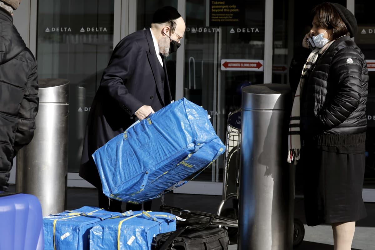 Matkustajia LaGuardian lentokentällä New Yorkissa tiistaina.