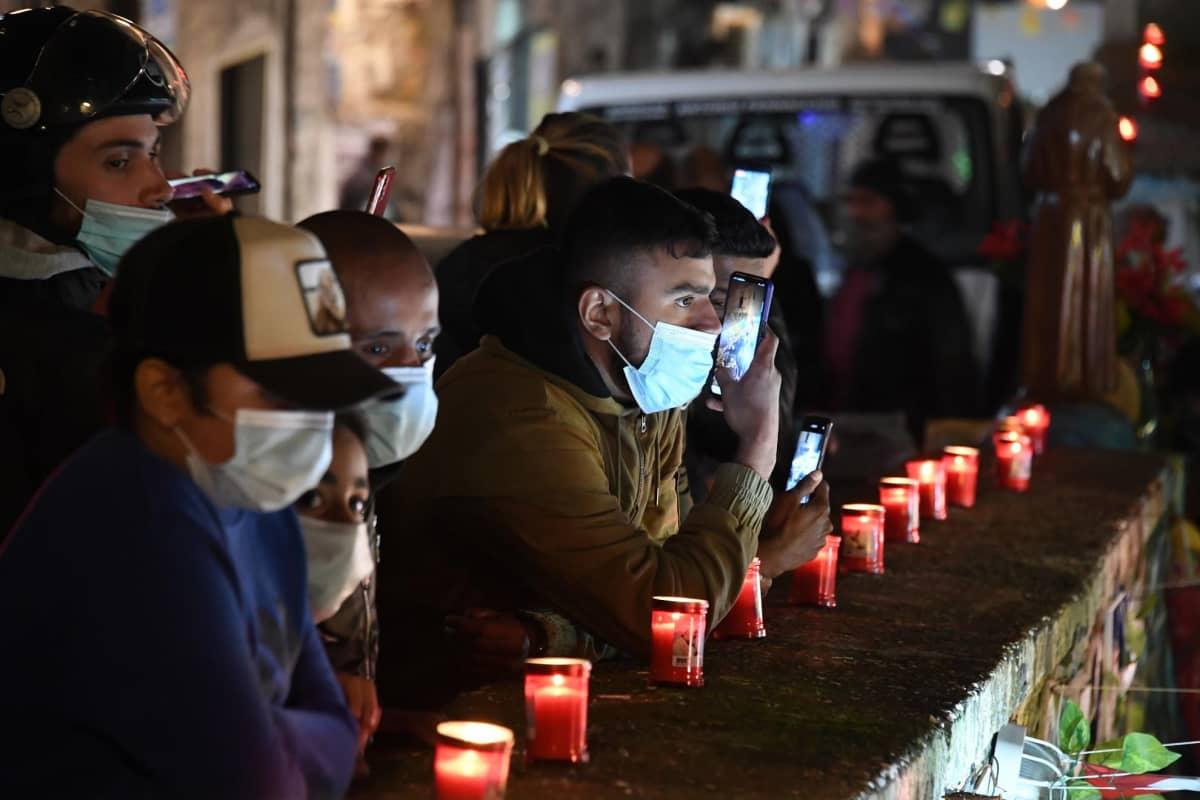Liikuttuneet napolilaiset sytyttivät kynttilöitä illalla kunnianosoituksena edesmenneelle jalkapalloikonille.